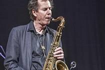 Večerem zněl saxofon.