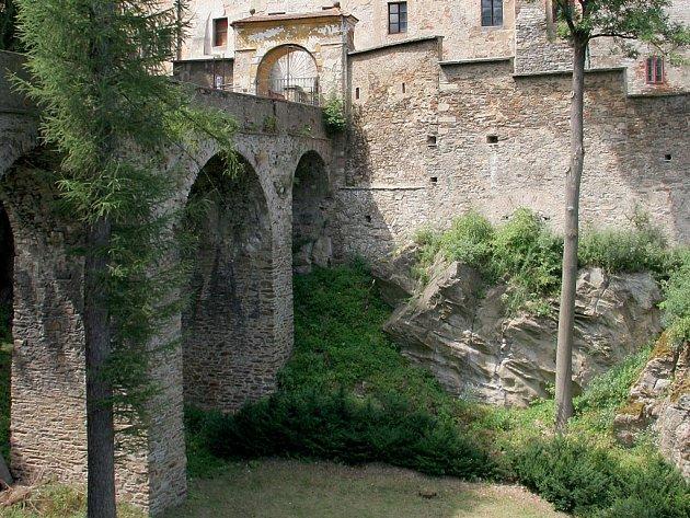 Most Ledečského hradu. Klenutý přístupový most potřebuje opravu. Pak vydrží další desítky let.