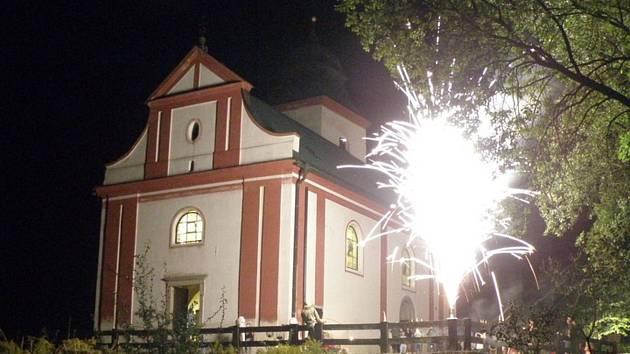 Kostel sv. Víta v Zahrádce je původně románským kostelem s částečně zachovalými gotickými nástěnnými malbami.