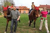 V předvečer svatojakubské noci v Modlíkově místní chovatel koní Josef Čapek a jeho dcera Anna děti z Dětského domova v Nové Vsi u Chotěboře povozili na hřbetech dvou klisen.