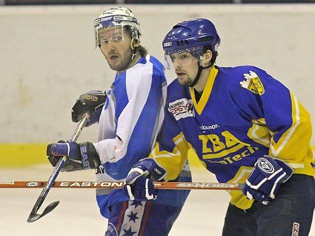 Světelští hokejisté (vlevo Petr Včela) si vkvalifikaci vybojovali právo účasti ve druhé lize. Jestli třetí nejvyšší soutěž opravdu budou hrát, zdaleka není jisté.