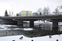 Pod silničním mostem v Masarykově ulici holubi rádi hnízdí. Se zajímavou myšlenkou přišli odborníci. Myslí si, že holubí kolonii by z těchto míst mohla vypudit přítomnost uměle vysazené kuny.