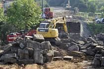 Zraněné a mrtvé dělníky vyprostili hasiči zpod trosek mostu ještě v noci ze čtvrtka na pátek. Odklízení trosek pak pokračovalo v následujících dnech. Snímek je z pátku 5. září.
