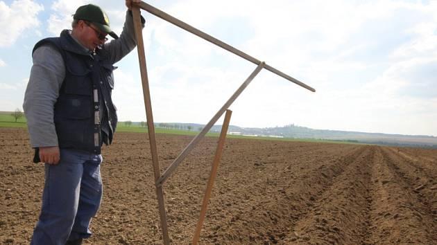 Luděk Pazour (na snímku) spolu s kolegou Ladislavem Hájkem nachodili několik kilometrů v kypré zemině při vyměřování záhonů pro sadbu brambor na rozlehlém pokusném poli mezi Havlíčkovou Borovou, Železnými Horkami a Oudolení.
