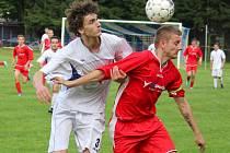 Pohledský Petr Slanař (v červeném) se v derby zápase s Havlíčkovou Borovou postaral  po průniku do velkého vápna o penaltový zákrok. Penaltu proměnil Michal Sobotka.