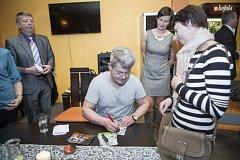 Mezi návštěvníky je pokaždé velký zájem o podpis známých umělců. Háma si do Chotěboře přivezl i kytaru a zahrál několik písniček.