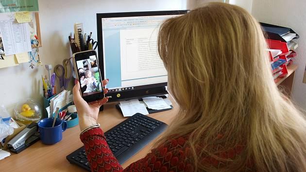 Irena Salaquardová při online rozhovoru s rodinou.