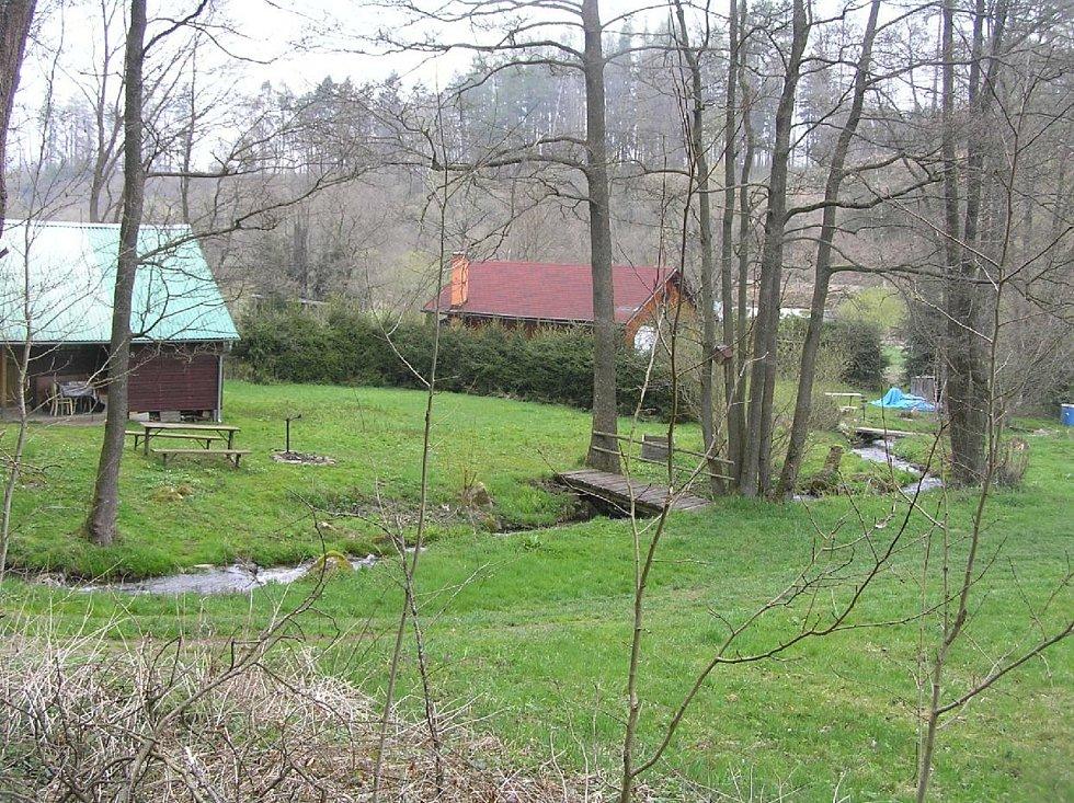 Obyčejná chatka v zahrádkářské kolonii stojí dneska stovky tisíc, kdo chce koupit chatu v rekreační oblasti, třena na Stvořidlech, musí sáhnout do kasy pro miliony.