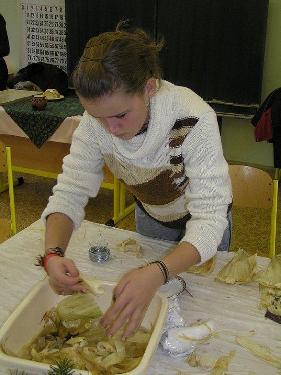 Tady vznikají adventní věnce. V sousedních třídách to byli andílci z kukuřičného šustí nebo třeba malované sklo.