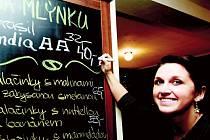 Co dva týdny v nové přibyslavské kavárně mění sortiment kávy. Po sérii dobře vypražených zrn z různých zemí Latinské Ameriky lze v těchto dnech ochutnat čerstvě mletou kávu hinduistů z Indie. Na kavárenskou tabuli ji zapisuje baristka Zdenka Koubková.