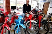 Jaroslav Borovský, který v Havlíčkově Brodě prodává automobily značky KIA, kvůli nedostatku korejských vozů v autosalonu vystavil historické mopedy.