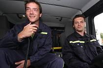 Každý řidič požárního automobilu musí měsíčně pro kondici ujet nejméně 10 km. Šoférskou zručnost si v úterní podvečer v Perknově zdokonalovali už zkušený Jan Kubát (s vysílačkou vlevo) a nováček David Prchal.