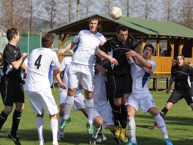Vítěznou radost si chtějí v neděli po domácích zápasech užívat fotbalisté Ždírce (v bílém) a Světlé (v tmavém).