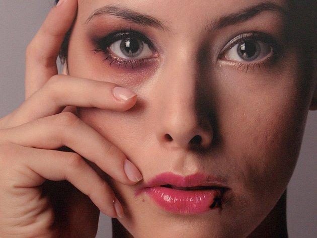 Násilí a strach. Na poradnu Bílého kruhu bezpečí v Jihlavě se v drtivé většině obracejí se žádostí o pomoc ženy, které se staly oběťmi trestných činů nebo domácího násilí. Ilustrační foto.