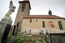 Značená trasa do Chřenovic láká turisty na přírodní krásy Posázaví i na jeho četné památky. Patří mezi ně i zachovalý románský kostel v Chřenovicích.