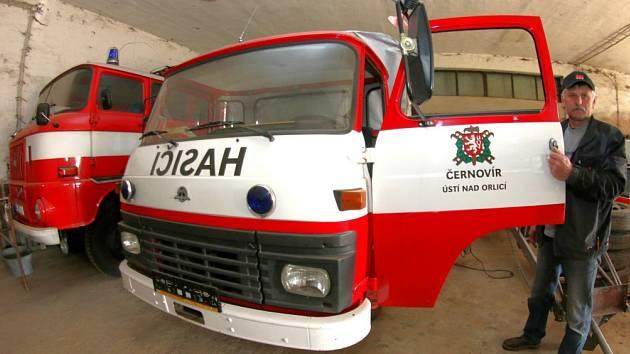 Auto pro šestnáct hasičů.