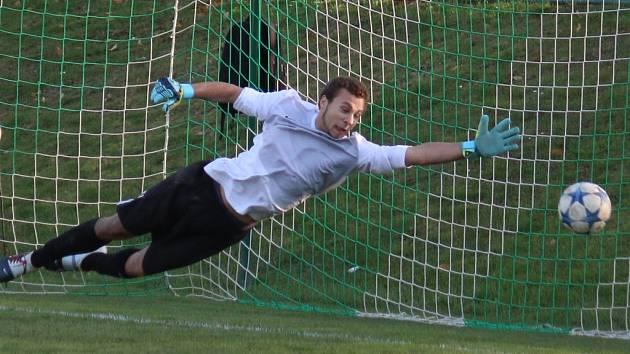 Na technickou parádu pohledského středopolaře Petra Slanaře byl borovský gólman Jiří Janda (na snímku) v 82. minutě krátký. Nakonec se ale se svými spoluhráči mohl radovat z vítězství 3:2.