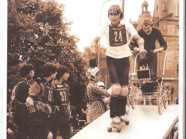 Dnes již legendární snímek, na němž je vidět Petr Kotting s kamerou na kočárku.