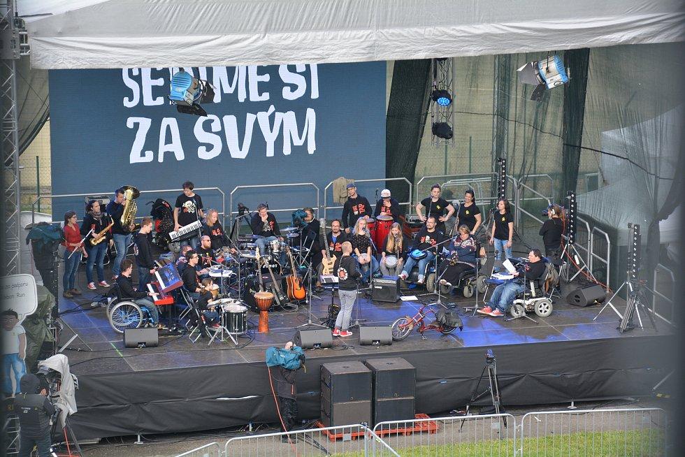 Koncert kapely The Tap Tap v ženské věznici ve Světlé nad Sázavou.