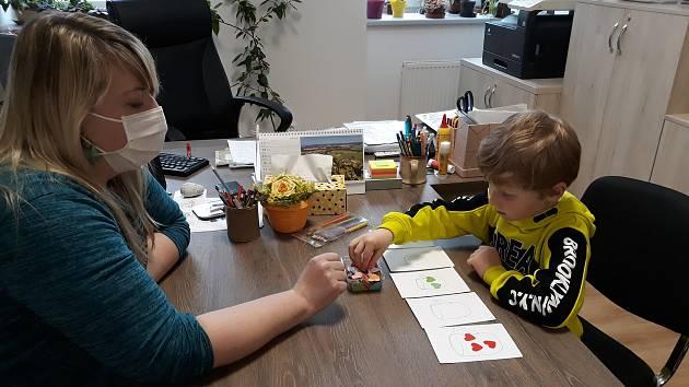 Paní učitelka Martina Májová s budoucím prvňáčkem při zápisu.