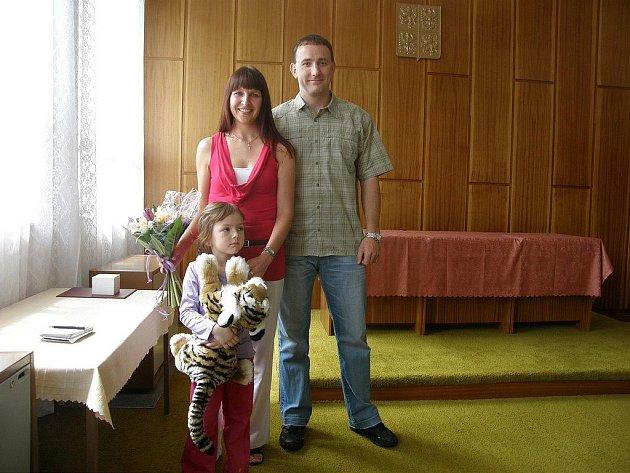 Roman Malý spolu se svojí přítelkyní, která ho k nehodě přivolala a zachráněnou Karolínou Fantovou převzal poděkování od starosty Hněvkovic.