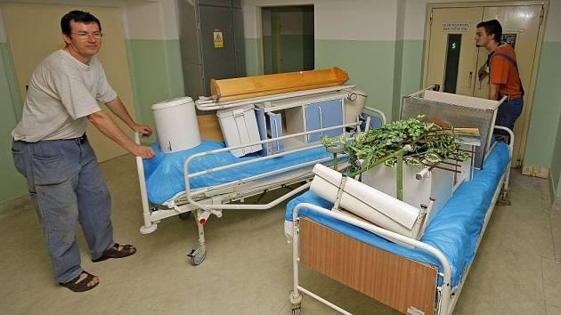 Návštěvníky ženského interního oddělení havlíčkobrodské nemocnice čeká malé překvapení. Za svými příbuznými budou vážit cestu přes ulici do objektu bývalé ortopedie. Starý interní pavilon vedle hlavní nemocniční budovy projde náročnou rekonstrukcí.