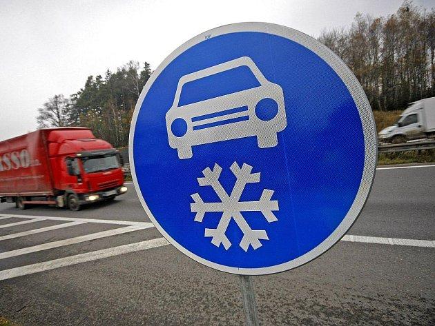 Modrá značka nařizující na vysočinském úseku dálnice povinnou zimní výbavu bude od letošního listopadu platit možná už jen pro řidiče kamionů nad 7,5 tuny. Uvažuje o tom ministerstvo dopravy.