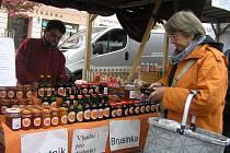 Sklenice plné zdraví. Je libo rakytníkovou marmeládu, med či sirup? K mání jsou třeba, stejně jako další výrobky, na tradičních farmářských trzích v Havlíčkově Brodě.