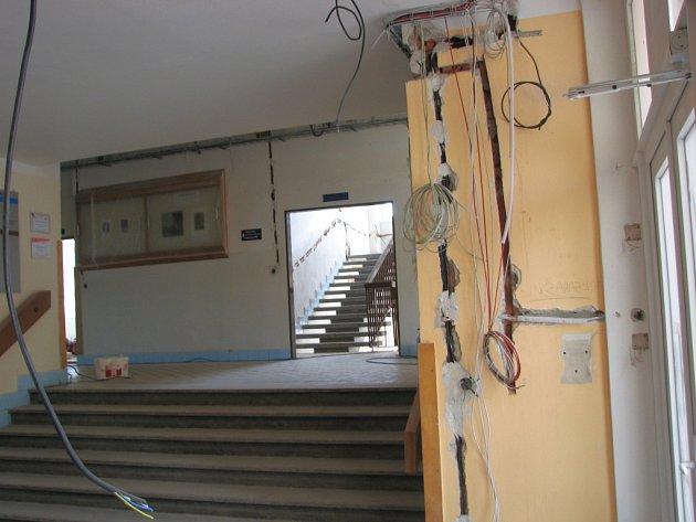 Dělníci se v budově brodského gymnázia pustili do opravy elektroinstalace.