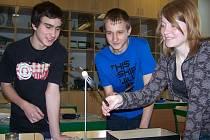 Dvě vidličky zapíchnuté v korkové zátce udrží obyčejné párátko. Studenti se tak názorně přesvědčují o umístění těžiště.