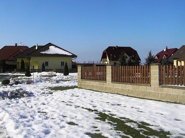 Obec se rozrůstá, nové domy přibývají, k dispozici je zájemcům sedm nových parcel.