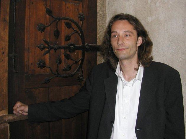 Otevřou se tato vrata muzikantům? Písničkář Michal Slavík chce z kostela udělat stálou hudební síň, kde by měli hlavně mladí hudebníci možnost představit se publiku.