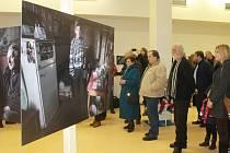 Do konce února trvá v prostorách Potravinové banky v Ledči nad Sázavou výstava předního českého fotografa Jindřicha Štreita. Ten na svých třiceti velkoplošných dokumentárních fotografiích nabízí netradiční pohledy do soukromí a života lidí bez domova.