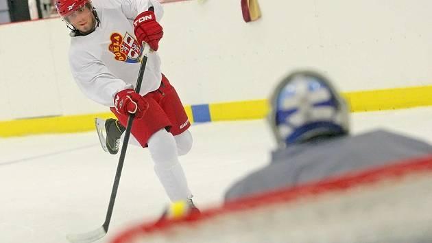 Zajet brusle, upravit novou výstroj, připravit si hokejky. Prvních pár tréninků věnují hokejisté vyladění své výstroje, postupně jim však trenéři začnou přidávat na zátěži.