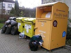 Plné kontejnery odpadu, kam s ním. Ilustrační foto.