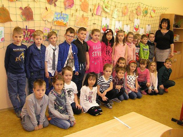 Na snímku jsou žáci 1.AZákladní školy Ledeč nad Sázavou střídní učitelkou Dagmar Důbravnou.