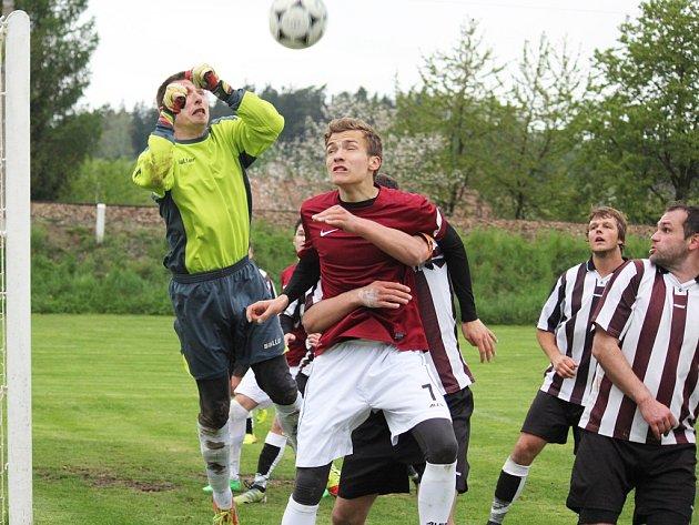 Čtyři nuly v řadě měl vychytané gólman Mírovky Jan Beděra (vlevo). Sérii mu uťal borovský Šrámek už ve dvanácté minutě sobotního zápasu.