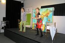 Na cestu kolem světa s poezií Jiřího Žáčka pozvaly malé školáky Eva a Jana Hruškovy.
