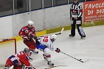 Hokejový reprezentant do dvaceti let Petr Šenkeřík (uprostřed) se po návratu ze světového šampionátu ve Spojených státech vrátil zpátky do týmu havlíčkobrodských Rebelů, za které nastoupil už v pondělí v Berouně.