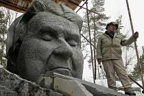 Hotový žulový portrét spisovatele Jaroslava Haška představil v lomu nedaleko Lipnice nad Sázavou sochař Radomír Dvořák.