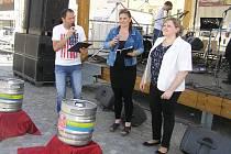 """PIVNÍ SLAVNOSTI. Dva nové druhy piva uvedla slavnostně """"do života"""" ředitelka Jana Ambrožová, na snímku vpravo."""
