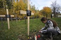 Pieta. Na místě památníku obětí nehod na dálnici D1 u Jihlavy – Pávova přibyl včera 37. kříž za dvanáct loňských obětí autonehod na této dálnici. Ke vzpomínkovému setkání na symbolickém hřbitově 710 obětí dálnice se letos sešla více než stovka lidí.