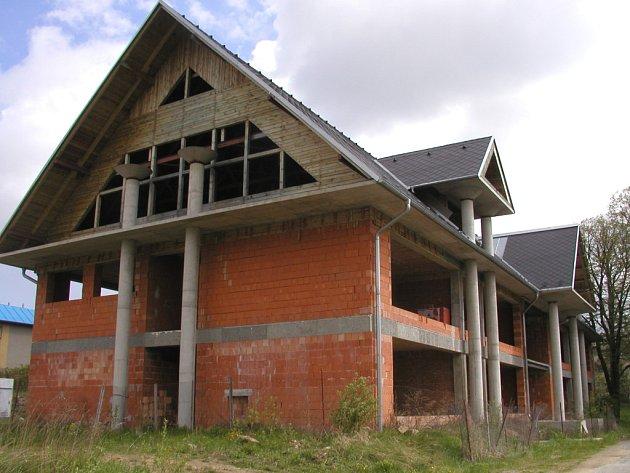 Zámek a jeho rozlehlý areál irozstavěná budova školy už obci patřit nebude.