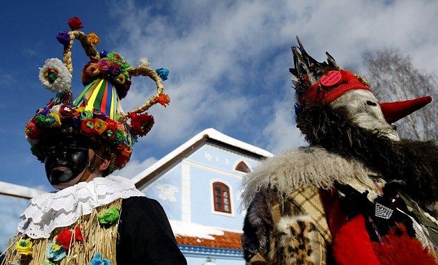 Mezi historickými chalupami projde v sobotu maškarní průvod.