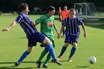 Michal Mareš se snaží probít přes defenzivu Staré Říše. Nepříliš záživný zápas skončil remízou 1:1.