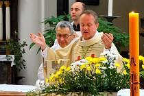 Nedělní dopolední slavnostní bohoslužbu v havlíčkobrodském kostele Nanebevzetí Panny Marie celebroval nový královéhradecký biskup Monseignor Jan Vokál (na snímku vpravo).