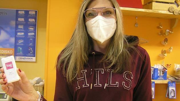 Brýle a respirátor jsou pro někoho zdrojem utrpení. Někdo zkouší babské rady, jiný se rozhodne pro operaci, podle optiků stačí sprej.