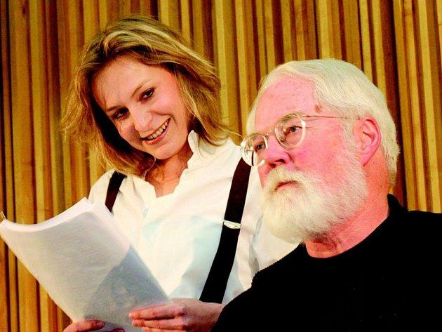 Literární hvězda. Spisovatel Robert Fulghum byl recitátory vtažen přímo do představení.