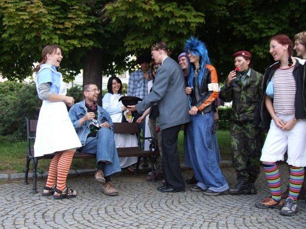 Studenti v kostýmech obsadili náměstí.