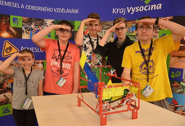 Vítězný tým stavitelů z havlíčkobrodské základní školy V Sadech se svou prací.